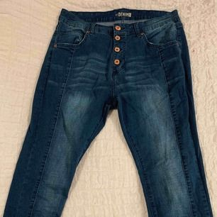 Fina blåa jeans med mycket stretch (frakt ingår ej i priset)