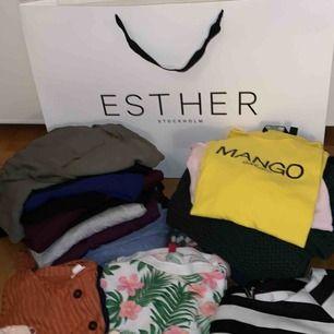 30 plagg från olika varumärken storlekar: flest s/m vissa oversize skjortor/tröjor i L linnen, stickade magtröjor, top,blusar, kostymbyxor, kjolar, koftor, jeans, m.fl upphämtning hos mig i Näckrosen. träffas endast för upphämtning