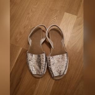 Söta glittriga sandaler köpta på lager 157. Köparen står för frakt.