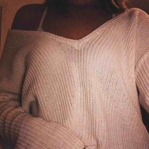 Fin vit stickad tröja ifrån NA-KD. Köpt här på Plick men passar tyvärr inte så säljer vidare för samma pris. Köpare står för frakt (50kr)😊 Den är i S men skulle säga att den är M.
