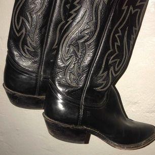 Snygga cowboystövlar i äkta läder🖤