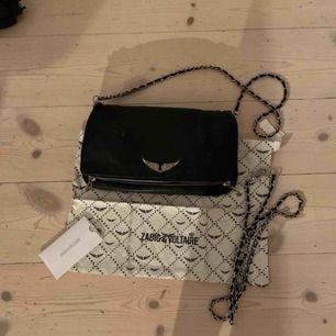 Vanliga svarta väskan från Zadig Voltaire, rock bag Bra skick Ingår två kedjor till, ett kort och ett längre Äkthetsbevis och dustbag Väskan passar till allt😊