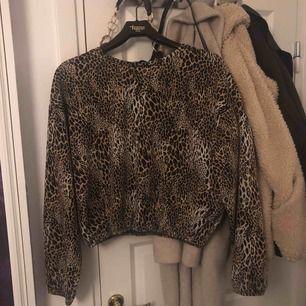Leopard tröja, storlek L som ni ser men jag skulle säga att den sitter som en M kanske till och med S. Den är jättefin men använder den inte längre! Har bara använt den ca 5 gånger, så den är som ny!💋