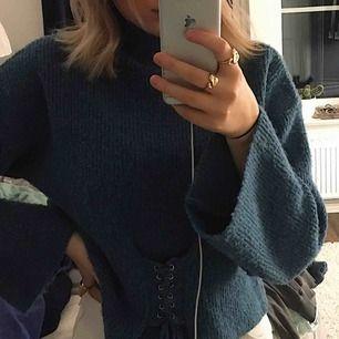 En stickad tröja från chiquelle med knyte i nedre delen av tröjan, tyget är superskönt och sticks inte alls, extremt mysig tröja😍