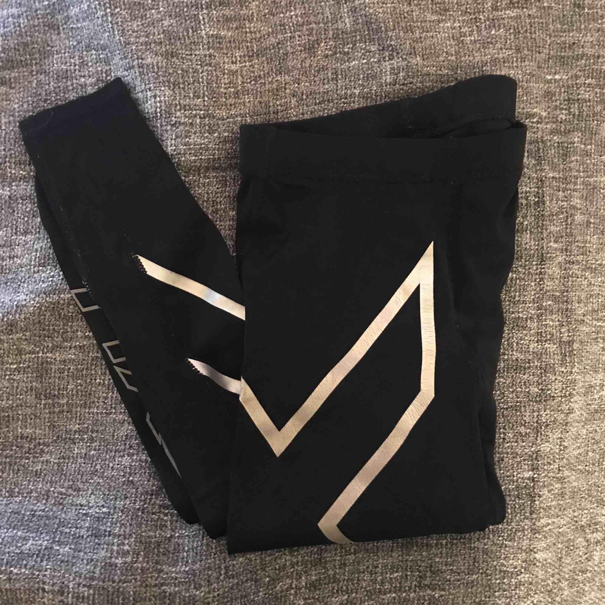 2XU tights använda någon enstaka gång men som nya. Säljer på grund av att dom är försmå för mig. Kan fraktas. Pris kan diskuteras vid snabb affär . Jeans & Byxor.