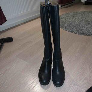 Snygga boots i fake skinn. Använda 2 gånger så i nyskick! Köptes för 1000kr ish :) storlek 38