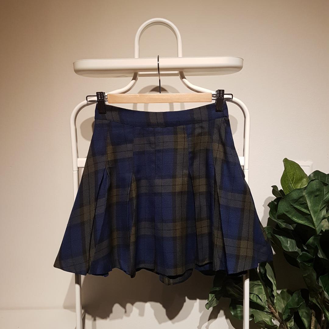 Grön & blårutig plisserad kjol från H&M. Använd några gånger men väldigt fint skick. 40cm lång. Frakt kostar 36kr, men går bra att hämta upp också *:・゚✧. Kjolar.