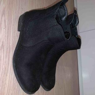 Ingen aning vart dessa boots är ifrån, använda några gånger men absolut inget fel på dom!
