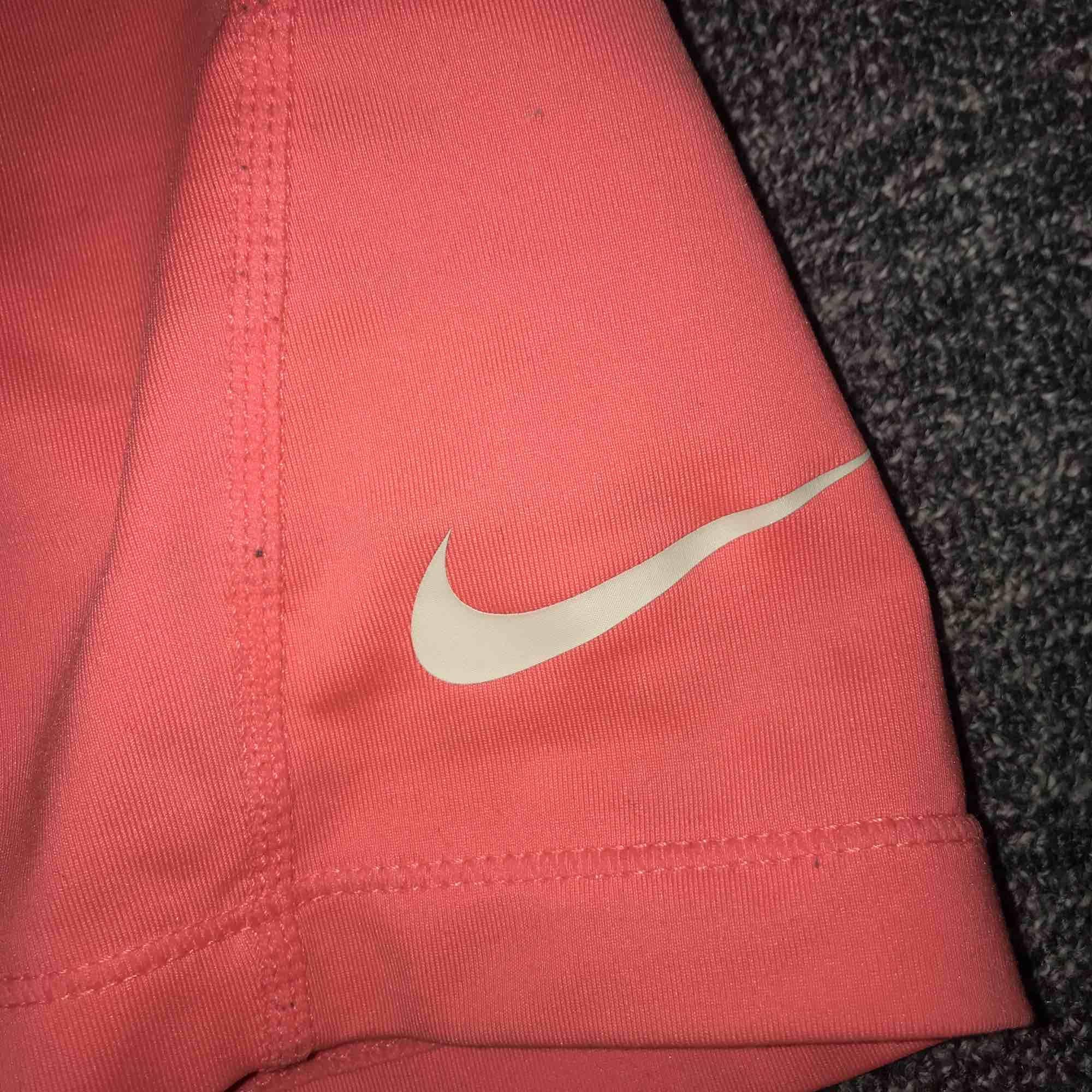 Nike pro shorts. Rosa: storlek xs använt 2 gånger märket är inte slitet. Pris 70kr (dom andra är solda). Jeans & Byxor.