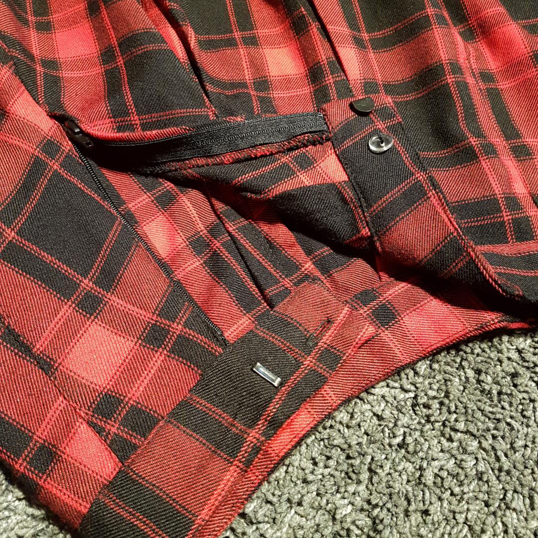 Rödrutig plisserad kjol från H&M. Använd några gånger men i väldigt fint skick. 40cm lång. Frakt kostar 36kr, men går bra att hämta upp också *:・゚✧. Kjolar.