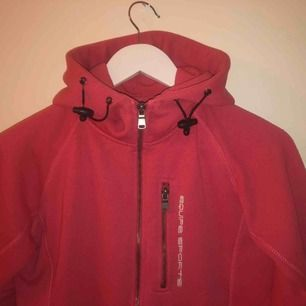 Sjukt snygg equipe hoodie i rosa röd färg. En favorit i garderoben som tyvärr blivit för liten❤️