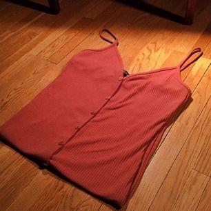 Tight klänning med spaghetti-band.