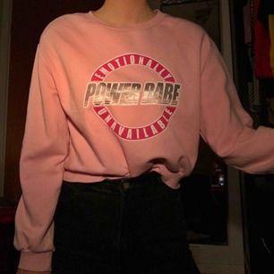 Sweatshirt med motivet power babe, snygg och mjuk på insidan