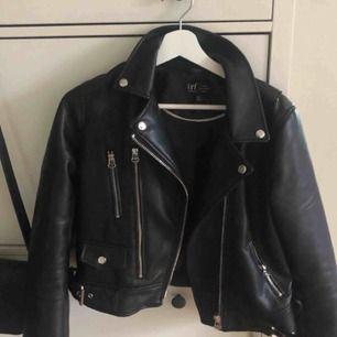 skinnjacka från Zara, köpt här på plick men fel storleken. Väldigt bra skick! Passar en S bättre, skriv för fler bilder☺️
