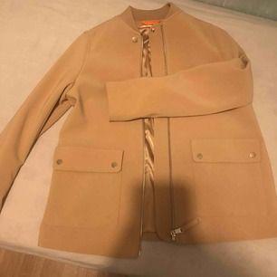 Super fin jacka jätte fin färg aldrig använd