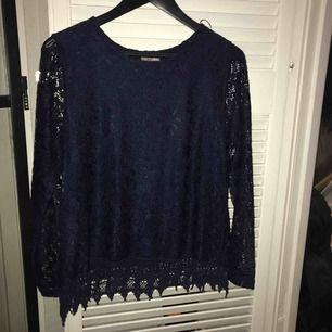 Snygg blå detaljerad tröja
