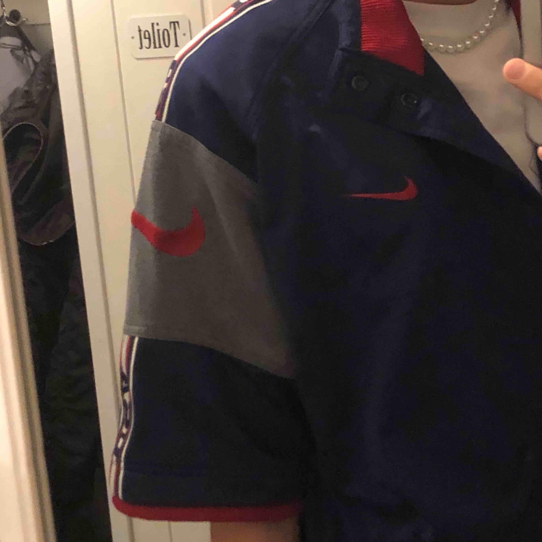 As cool vintage Nike kortärmad sweatshirt/ jacka köpt på humana! Endast använd en gång sedan jag köpte den pga för mycket kläder :(, behöver ett nytt hem 💞. Köpare står för frakt 🥰.. Huvtröjor & Träningströjor.