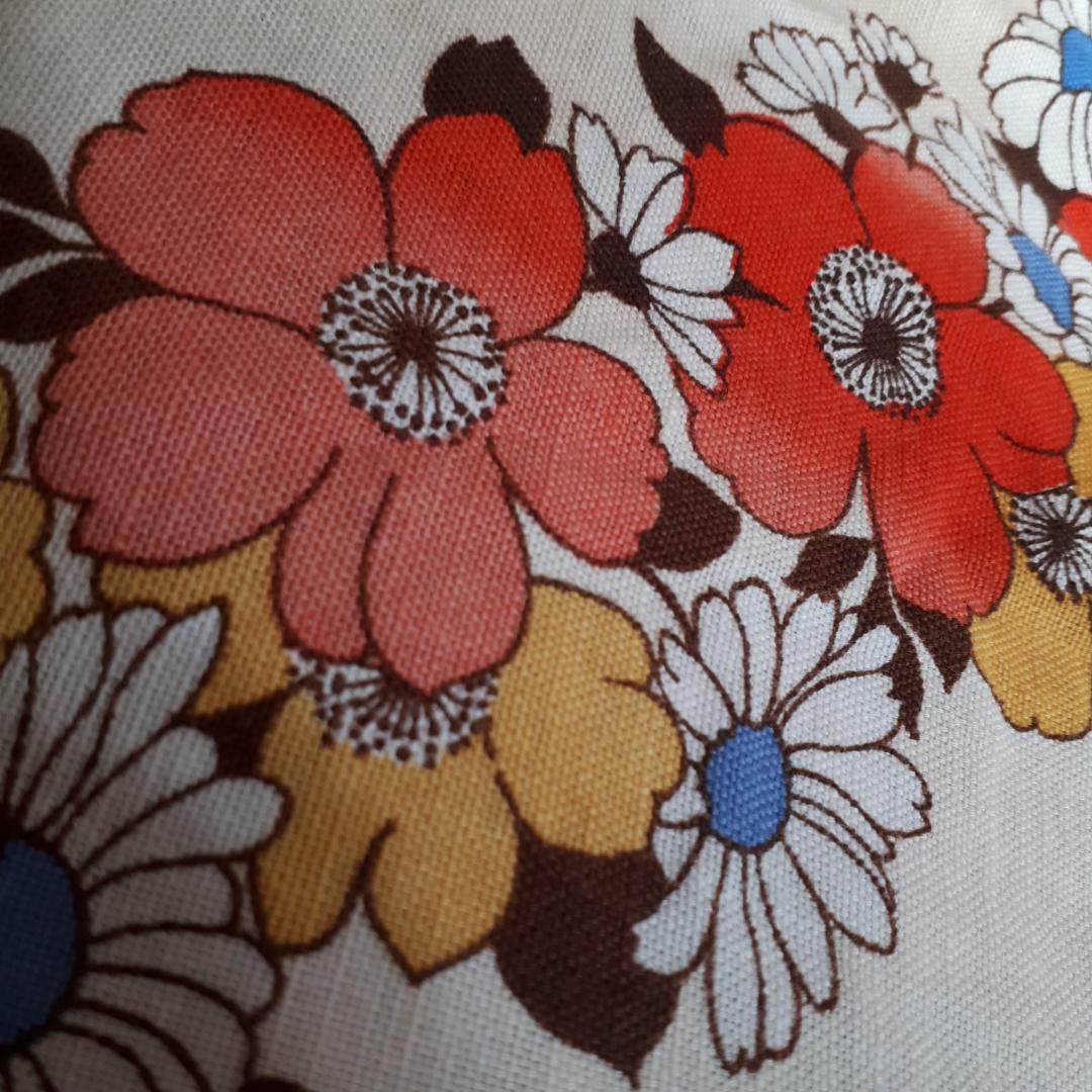 Kjol från 70-talet.  Några blekta blommor längst ner annars fint skick.  Kan skicka för en extra fraktkostnad. :). Kjolar.