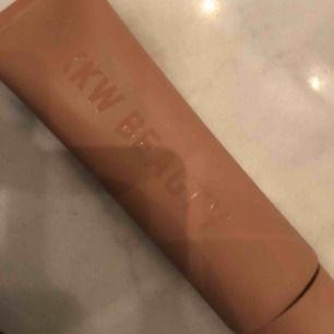 Oöppnad Bodyfondation från KKW Beauty från Kim Kardashian. Färg medium, kolla KKW Beautys hemsida för att se färgen