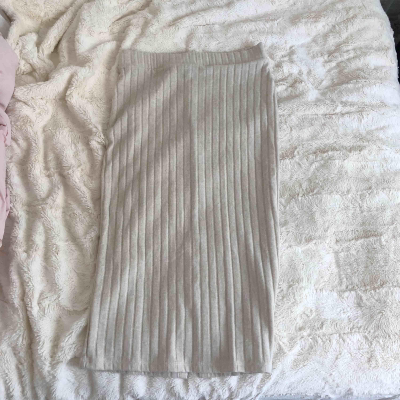 Så fin kjol i mjugg gosigt material! Kjolen är för liten för mig och har därför inte blivit använd! Köpare står för frakt! (Ca 27kr). Kjolar.