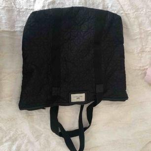 Väska från DAY! Använd men fortfarande i gott skick! 🌸  det är endast vid lappen man ser att den är använd (se bild!)