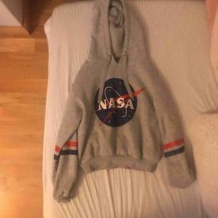 En hoodie har inte använt den jätte mycket nästa ny från divided.