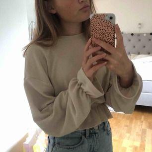 Jättefin tröja från Gina Tricot, knappt använd så den är i bra skick. Köparen står för frakten✨