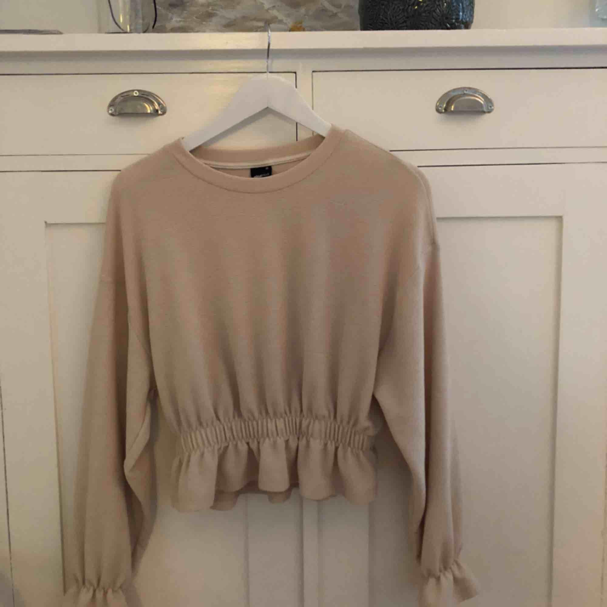 Jättefin tröja från Gina Tricot, knappt använd så den är i bra skick. Köparen står för frakten✨. Blusar.