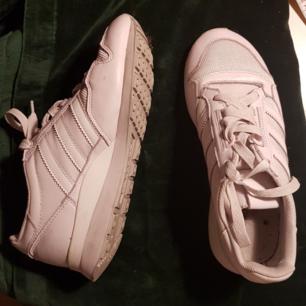 Superfina skor från Adidas. Vita, sjukt sköna. Inte mkt använda
