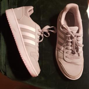 Supersköna skor från Adidas, enbart använda 2 ggr. Ljusgrå med rosa detaljer