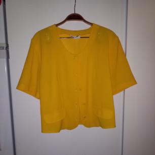 Jättefint gult vintageplagg som går att matcha på många sätt, passar S-L