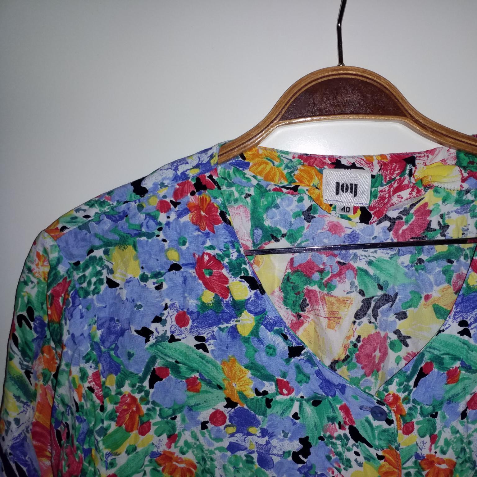 Knäpp med knappar eller ha den öppen över linne/t-shirt, knytning i ryggen, passar S-L. Blusar.