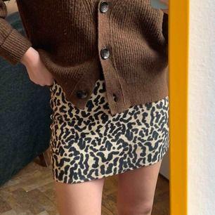 Tubkjol från Zara med leomönster, storlek S. Är stretch! Frakt är betald!
