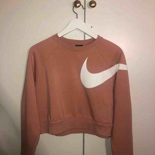 rosa croppad tröja från nike, super fräsch! OBS kunden står för frakten! kan även mötas upp i stockholm för snabb affär