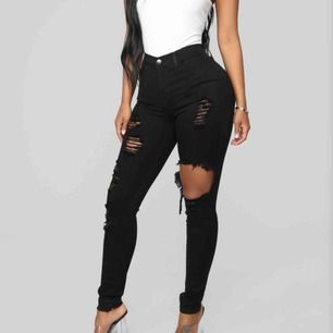 svarta ripped jeans/byxor från fashionnova strl 3 i US vilket passar S - M. jätte sköna! OBS kunden står för frakten! kan även mötas upp i stockholm för snabb affär