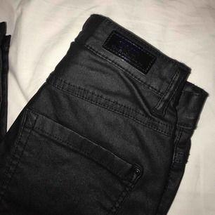 Säljer ett par superfina skinnbyxor från Nelly.com, dom är i storlek xs med längd 34, prislappen är kvar så endast testade. Väldigt sköna för att vara skinnbyxor!  Nypris 400kr, mitt pris är 250kr eller bud   Kan skickas mot fraktkostnad