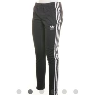 Träningsbyxor, joggingbyxor från Adidas Svarta med vita detaljer Fint skick