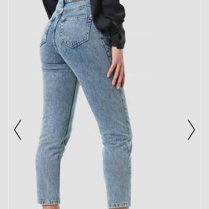 Säljer dessa supersnygga jeansen från NAKD. Använda två gånger, säljer då dem inte riktigt är min stil längre. Originalpris 499kr. Frakt är inkluderat💕