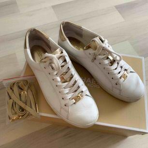 Michael Kors skor som är knappt använda. Originalkartong och extra snören medföljer.