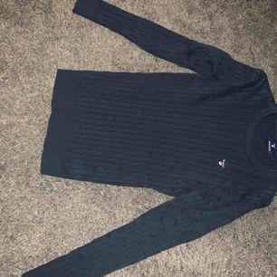 Kabelstickad gant tröja, mörkblå