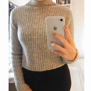 Helt oanvänd stickad tröja från Monki! Superfin, men kommer bara inte till användning. Lite liten i storleken, snarare en XS skulle jag säga🥰 frakt tillkommer!