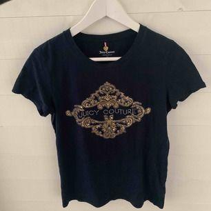 Äkta Juicy Couture tröja. Mörk/marinblå med söta stenar och detaljer. Använd endast några få gånger, i väldigt fint skick. Normal passform, lite figursydd.
