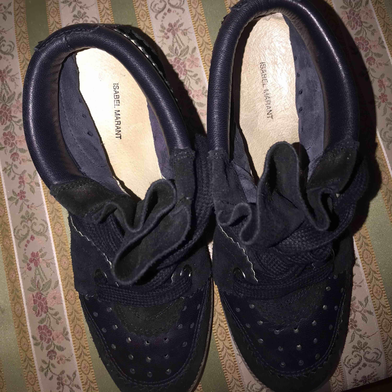 Hej! Säljer nu mina fina isabel marant skor i storlek 38💞! Det står 36 under men när jag köpte dem var jag en 38 och de passa, så skulle säga att storleken passar en 37/38💜💜 Jättefint skick och väldigt sparsamt använda💜💞  Det är modellen Bobby🦖. Skor.