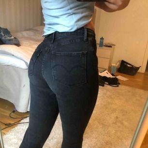 Levis jeans köpa på väla. Storlek 25 men passar mig med storlek 26. Fin passform