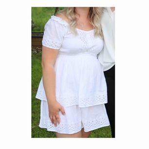 Fin klänning perfekt för student, sommar elr fest. Strl 40. Passar 38/M bra. Off shoulder. Använd 1 gång.