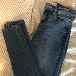 Blåa skinny jeans från lager 157.