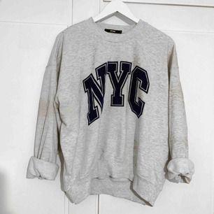 Super mysig tröja från Bikbok, verkligen en favorit men säljs på grund av att jag har för många! Finns i Trollhättan men fraktas också 🌻 köparen står för frakten❗️
