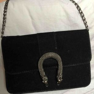 Gucci inspirerad väska, sparsamt använd, de två sista bilderna är från min instagram. Jättefin men har för mycket väskor. Priset är inklusive frakt.