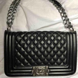 Chanel inspirerad väska köpt från en dansk hemsida. Nypris var 750kr, väldigt sparsamt använd. Säljer för jag har för mycket väskor. Priset är inklusive frakt.