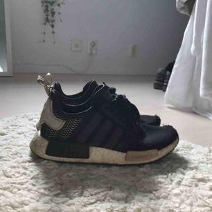 Svarta skor från Adidas i modellen Nmd:) lite slitningar längst fram vid tårna men annars i fint skick förutom aningen smutsiga vilket man bara kan torka bort👍🏼😊😁
